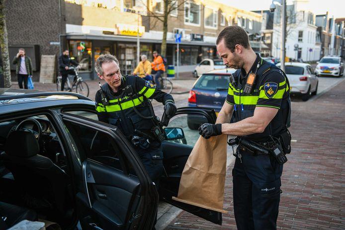 In de Hooftstraat in Alphen is vanmiddag een man aangehouden die mogelijk een vuurwapen bij zich had. De politie heeft de man met getrokken wapen aangehouden.