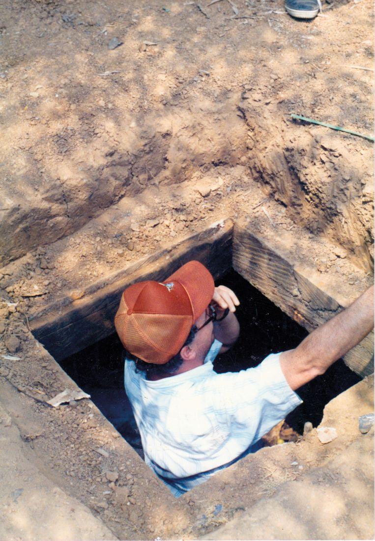 Peña in een caleta, een bergplaats waar Escobar geld en wapens verstopte.  Beeld rv