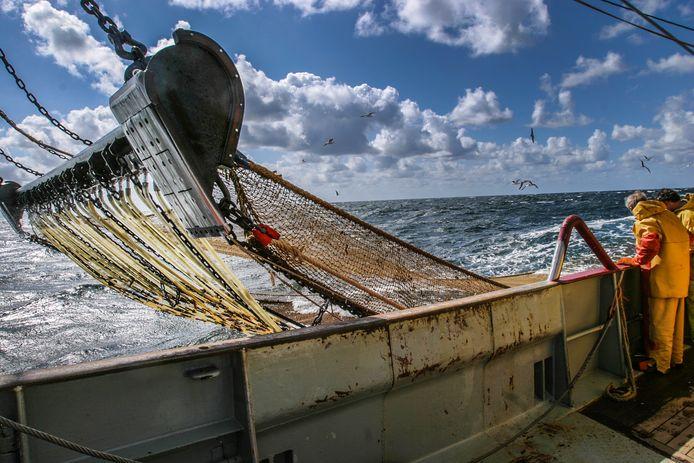 Een kotter op open zee.