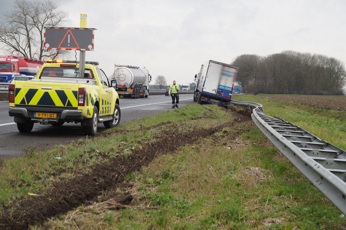De vrachtwagen belandde in de berm en reed de vangrail uit de grond.