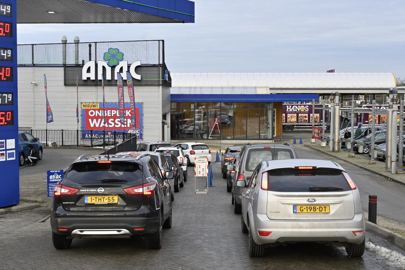 In de rij voor de wasstraat bij de Anac in Nijmegen.