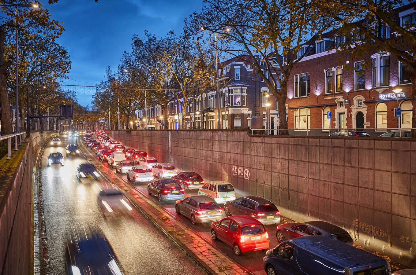 Verkeer krijgt vanaf eind mei een rijbaan minder op de 's-Gravendijkwal en op de Pleinweg.