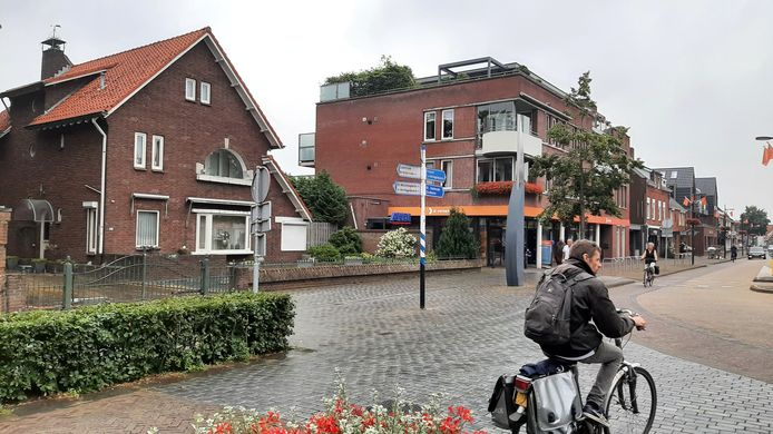 De villa links van de Aldi aan de Hoofdstraat in Schijndel gaat tegen de vlakte om ruimte te maken voor de uitbreidingsplannen.