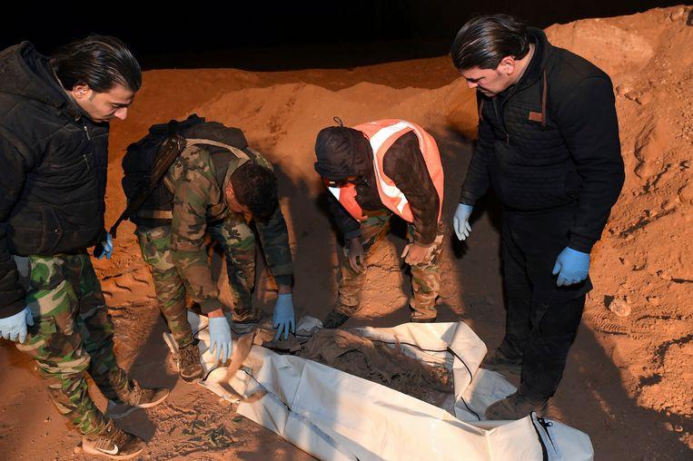 Een lichaam dat gevonden werd in december 2017 in een massagraf ten noorden van Raqqa.