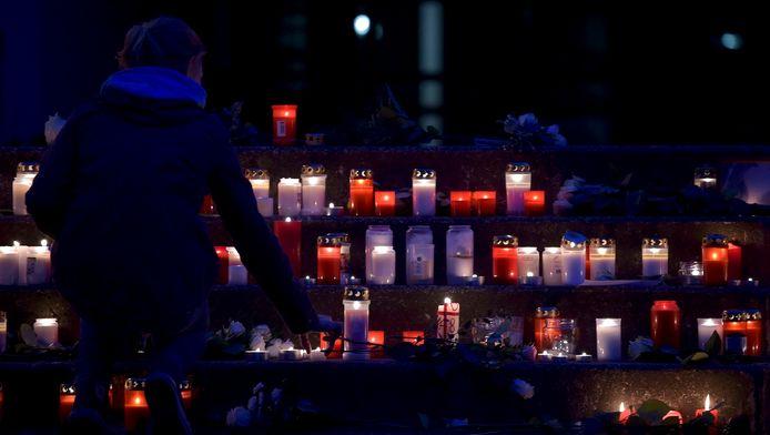 Massaal veel kaarsen worden gebrand bij het Joseph-Koenig-Gymnasium in Duitsland, waarvan 16 klasgenoten en twee onderwijzers op het neergestorte vliegtuig zaten
