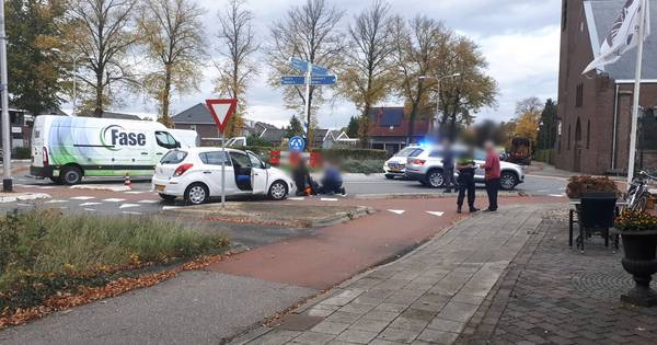Fietser afgevoerd met ambulance na aanrijding in Bornerbroek.