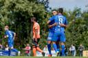 Oussama Tannane knuffelt Oussama Darfalou (9) na diens openingstreffer tegen FC Volendam.
