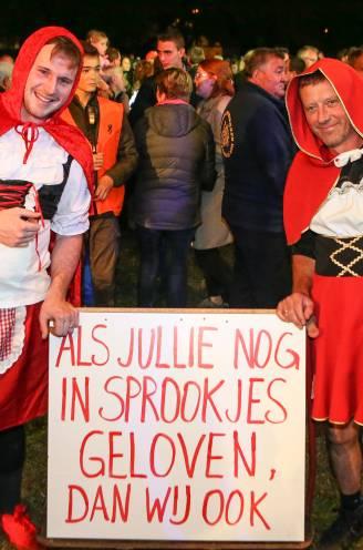 """Veel besproken wolvenfakkeltocht in Oudsbergen trekt bijna 3.000 wandelaars: """"Wolf hoort niét in onze achtertuin"""""""