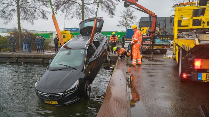 Een auto die vanochtend in Deventer te water raakte wordt op het droge getakeld.