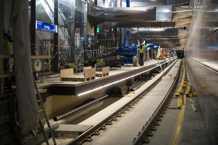 Het onderste perron van metrostation De Pijp, waar de rails, zoals te zien, bijna klaar is. Beeld MAARTEN BRANTE