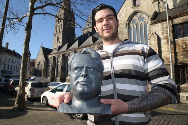 Emilio Vit met zijn Luc De Vos-buste, bij Sint-Jacobs