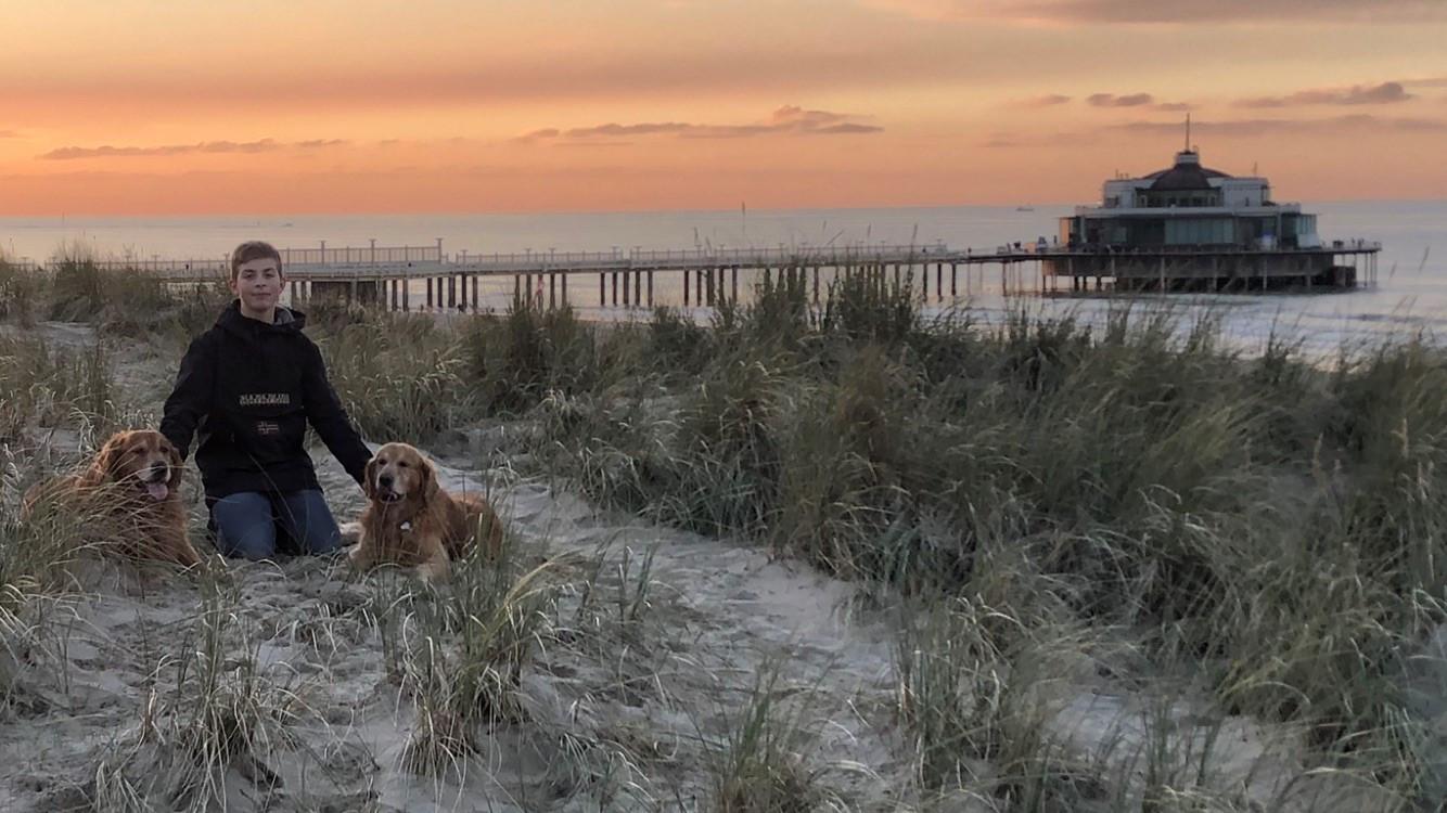 Matisse Bouvry (15) met zijn twee honden aan zee. Hij was een echte dierenvriend.