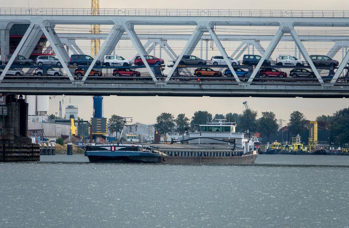 Onder de spoorbrug over de Oude Maas passeert een Dordts binnenvaartschip