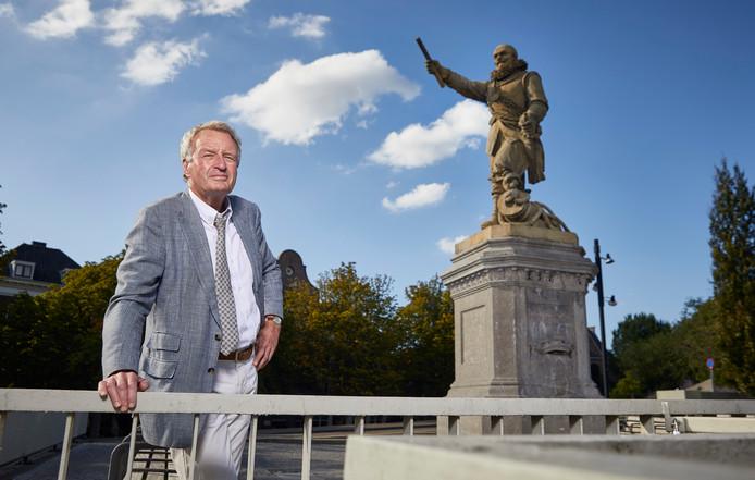 Schrijver Simon Rozendaal bij het beeld van Piet Hein. ,,Hij was tamelijk braaf'.''