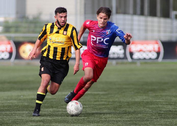 Hicham Chatouani (l) van IJFC en Kjeld van der Sanden van CDW.