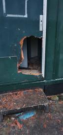 In de deur werd een gat geslagen. Vervolgens werd er vuurwerk naar binnen gegooid.