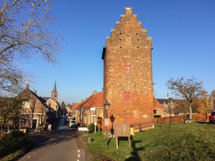 De torenstraat met de Gevangentoren, de laatste van de vier toegangspoorten die Megen ooit had.