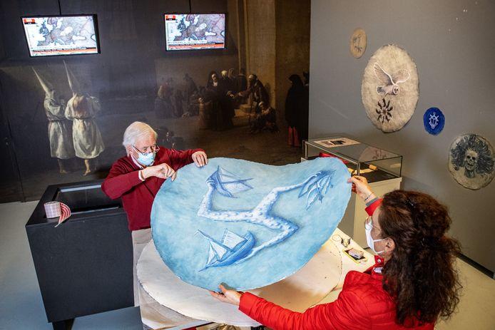 Medewerkers van Museum Het Valkhof werken aan de opbouw van de tentoonstelling 'De Pest'.