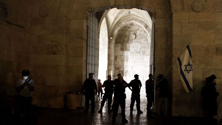 Israëlische agenten sluiten een poort van de oude stad van Jeruzalem af na de steekpartij Beeld afp