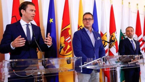 De Oostenrijkse bondskanselier Sebastian Kurz (31) staat de pers te woord met aan zijn zij vicekanselier Heinz-Christian Strache (midden) en minister van Binnenlandse Zaken  Herbert Kickl (rechts), beiden van de extreemrechtse FPÖ. Kurz van de christendemocratische ÖVP leidt sinds midden december een coalitie van ÖVP, FPÖ en partijlozen.