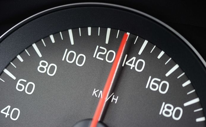 De snelheidsmeter van de jonge automobilist wees 149 km/u aan.