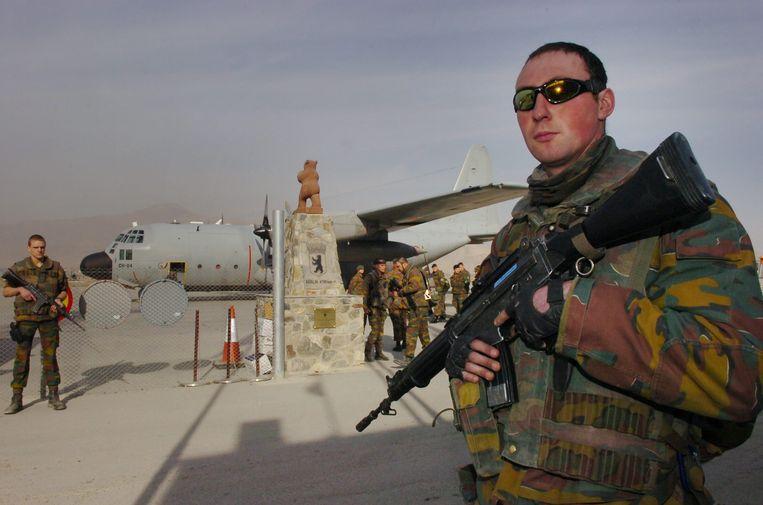 Belgische militairen bewaken de luchthaven van Kaboel, in 2005.  Beeld BELGA
