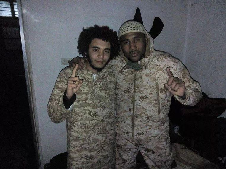 """Recentst beeldmateriaal van onze Syriëstrijders.  foto waarop Abdelmalek Boutalliss uit Kortrijk en Lucas Van Hessche uit Lauwe samen zijn te zien. """"Een tijdje geleden op bezoek bij de broeder"""", zo luidt het commentaar van die eerste, die de foto pas op Facebook heeft gepost."""