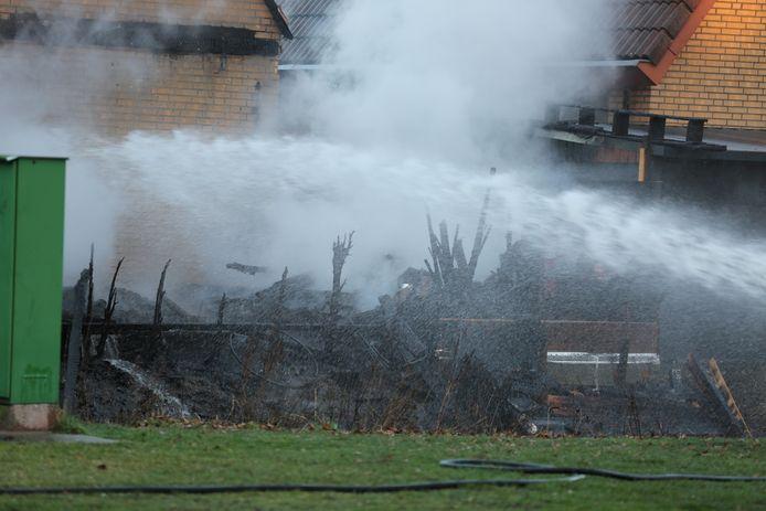 De brand begon rond 15.50 uur en sloeg al snel over naar de woning.