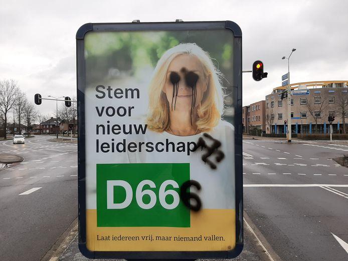 Op de kruising bij De Tol zijn verkiezingsposters van D66 beklad, onder meer met een hakenkruis.