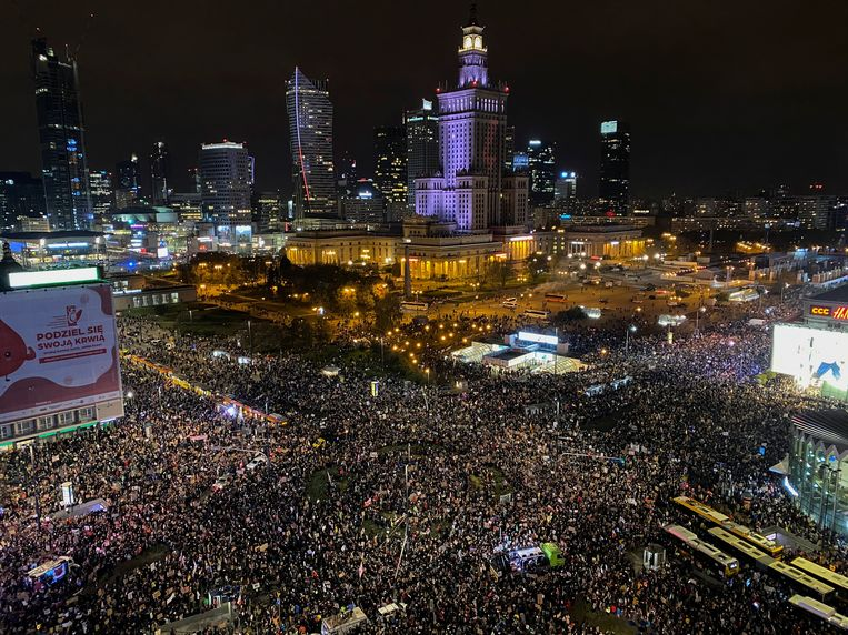 Al meer dan een week loopt het centrum van Warschau dagelijks vol met demonstranten tegen de abortuswet. Ook in andere steden in het land is er verzet. Beeld REUTERS