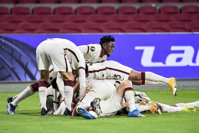 De spelers van AS Roma zijn door het dolle heen na de 1-2.