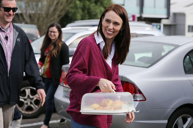 Jacinda Ardern brengt koekjes naar de vrijwilligers die de kiesbureaus bemannen Beeld AFP