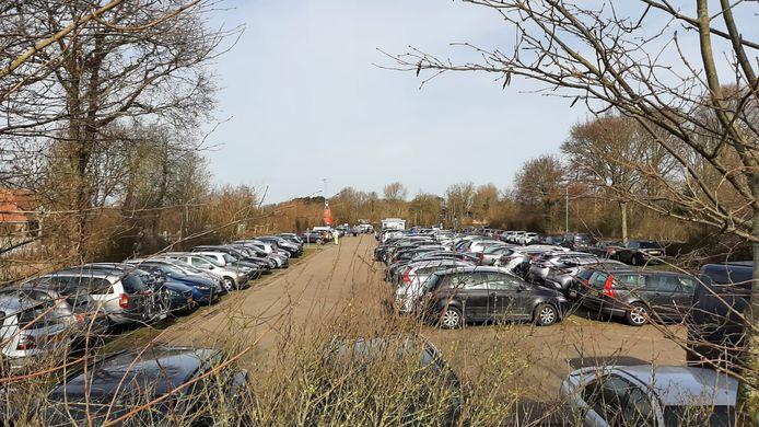 Het parkeerterrein bij Oranjezon in Vrouwenpolder stond zaterdag helemaal vol.