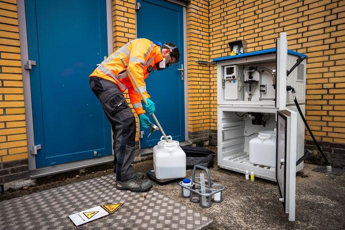 In witte vaten wordt rioolwater opgevangen voor onderzoek.