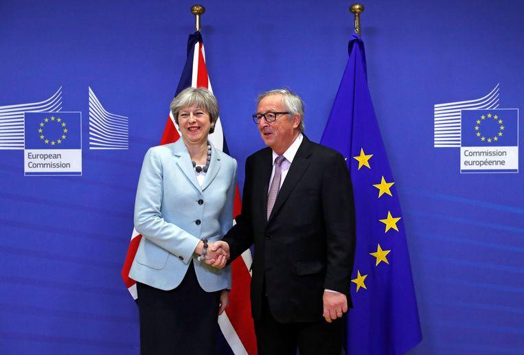 Brits premier Theresa May en Jean-Claude Juncker, voorzitter van de Europese Commissie. Beeld REUTERS