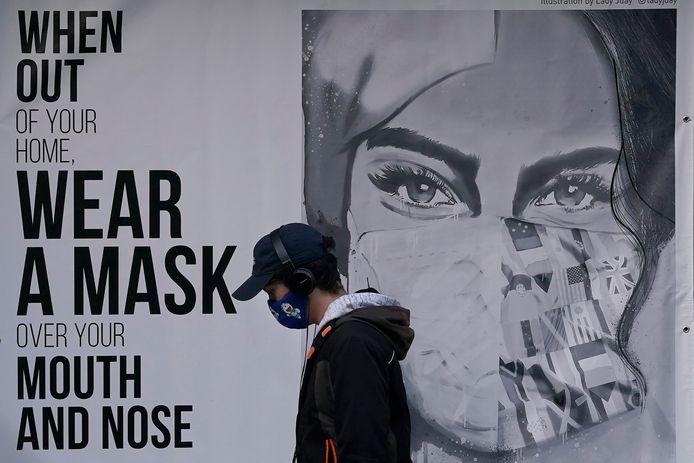 Draag een masker, is het dringende advies op posters. Er komt opnieuw een totale lockdown in San Francisco.