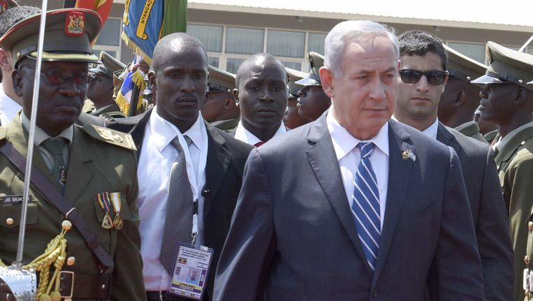 Netanyahu bij aankomst op Entebbe. Beeld AP
