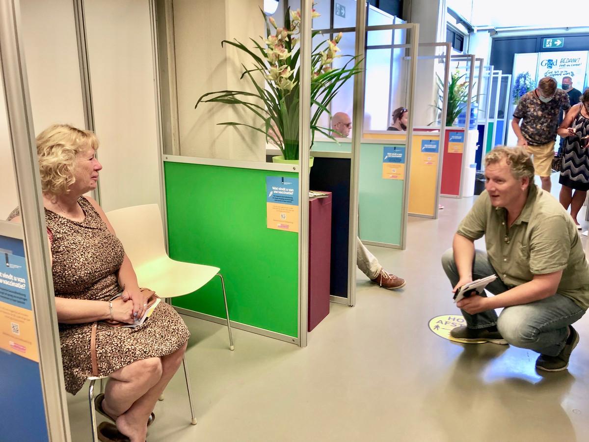 Petra Davelaar, even terug in haar geboorteplaats  Zierikzee, praat met Klaas van Duin uit Nieuwe Tonge.
