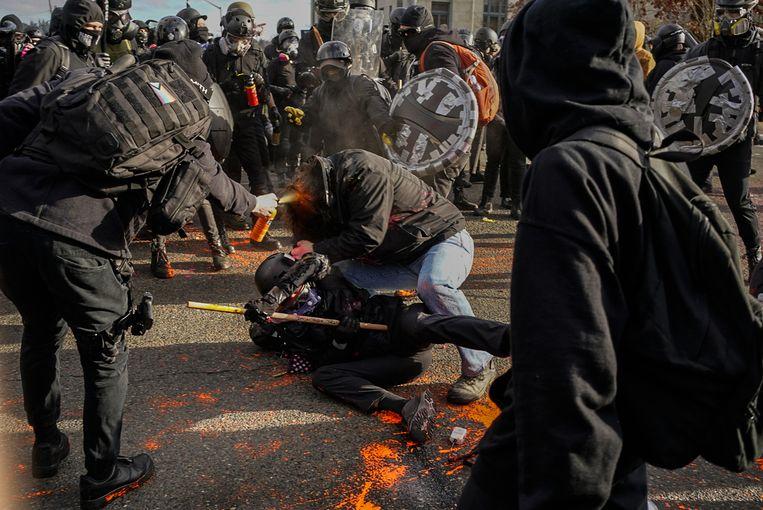 Het kwam tot gewelddadige confrontaties tussen voor- en tegenstanders van Donald Trump. Beeld Getty Images