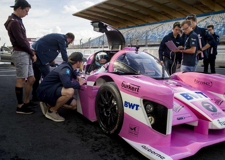 De crew prepareert de Forze VIII-auto voor de test in de pitstraat van circuit Zandvoort. Beeld ANP