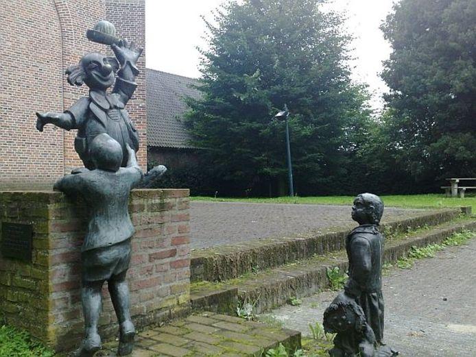 Een van de meest bekende beelden van Ton Buijnsters, het clowntje van 't Haarense circus Il grigio met publiek. Dit beeld staat bij de Oude Toren aan de Langeweg in Haaren. Foto's Marcel Linssen/BD