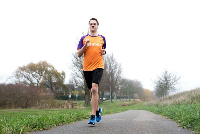 Bjorn Bouwman loopt zijn trainingsrondje langs de Schouwsesdijk in Zierikzee.