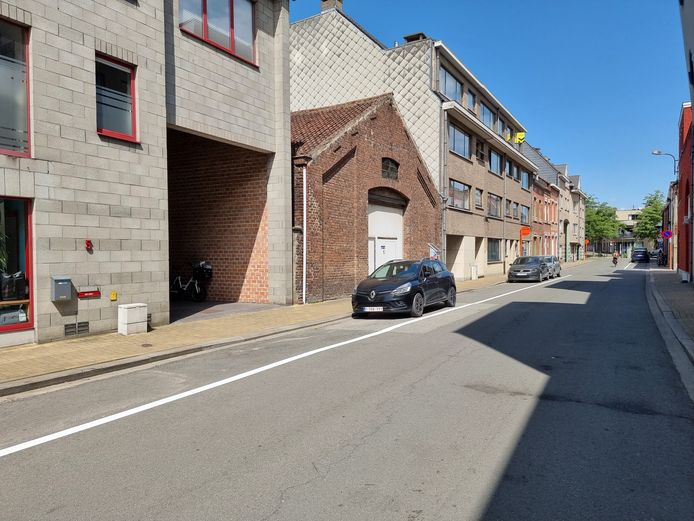 De lijnen van parkeervakken worden al jaren doorgetrokken in Halle. En dus ook op de nieuwe parkeervakken in de Poststraat.
