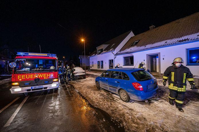 Hulpdiensten aan de woning waar het drama zich voltrok.