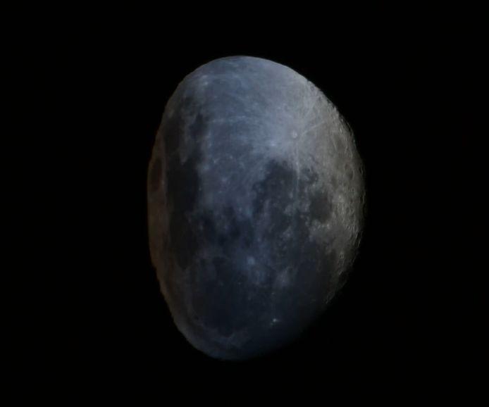 Ces images, récemment filmées depuis l'ISS, montrent la Lune en train de « se dégonfler » comme un ballon de plage. La lumière de la Lune passe à travers l'atmosphère terrestre, ce qui crée une illusion d'optique dans laquelle la Lune semble se dégonfler.