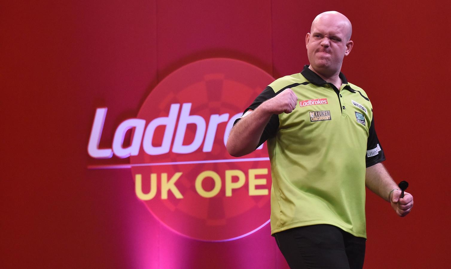 Michael van Gerwen is strijdbaar en staat bij de UK Open in de kwartfinales.