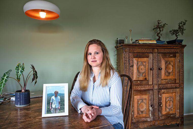 Warnyta Minnaard met een portret van haar vriend Hederik de Vries. Hij overleed aan een mysterieuze vorm van kanker, waarbij onbekend is waar de primaire tumor zit. Ze richtte er een patiëntenorganisatie voor op: Missie Tumor Onbekend Beeld Guus Dubbelman / de Volkskrant