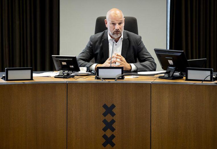 Wethouder van financiën Victor Everhardt presenteert de begroting van de gemeente Amsterdam. Beeld ANP, Koen van Weel