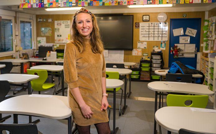 Leerkracht Eline Simons in haar nu lege klaslokaal.