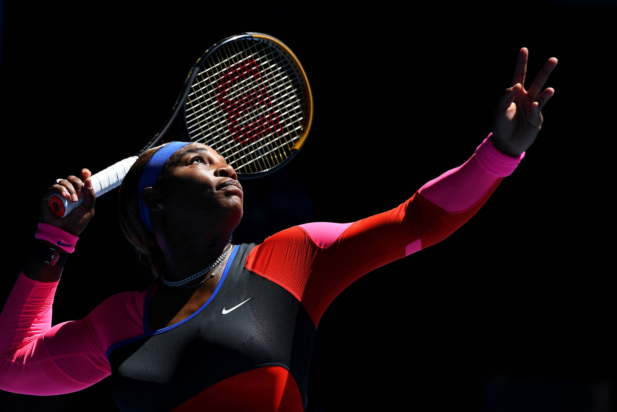 Serena Williams serveert in haar halve finale in Melbourne.